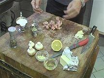 Připravte si stehenní kuřecí řízky, žampiony, česnek, olej, trochu másla, trochu bílého vína, citron, čerstvý polníček, čerstvé bylinky podle chuti...